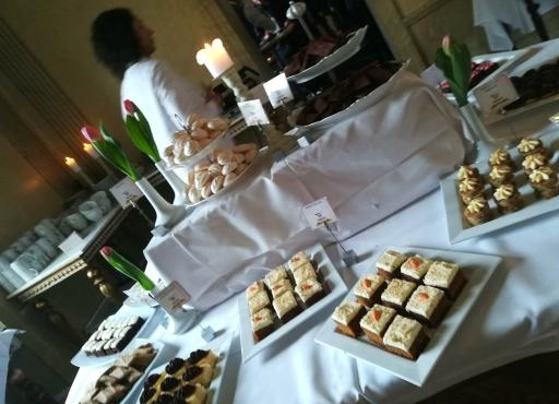afternoon tea med mängder av bakverk och godsaker, vackert dekorerat med tårtdekorationer från Dreamcakes