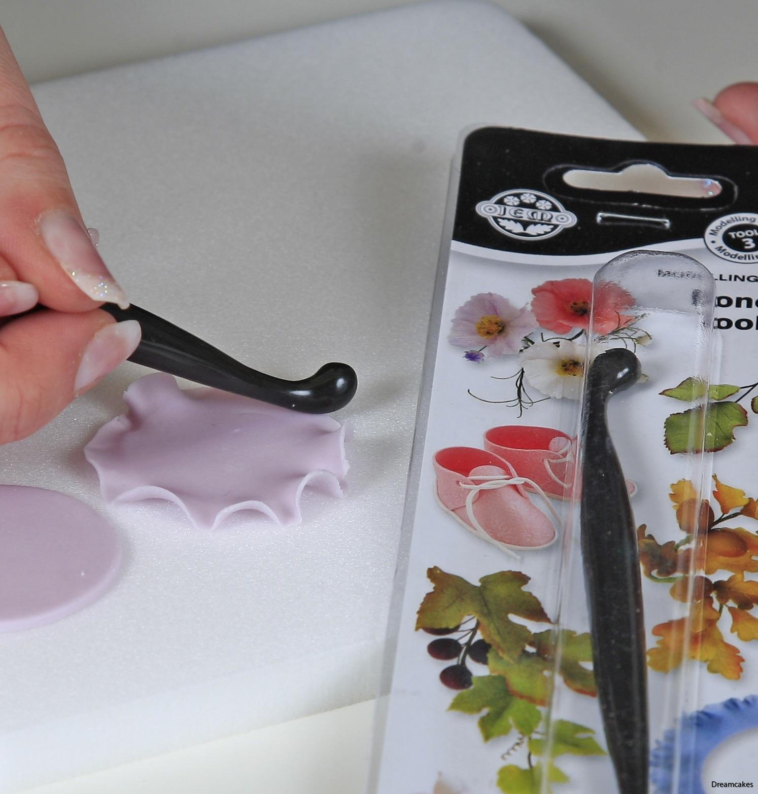 Tunna ut bladen på marsipanrosen med ett dogbone
