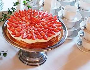 Tårta som är glutenfri, mjölkfri och vegan på samma gång. Denna tårta passar bra till alla bröllop och övriga fester i sommar.