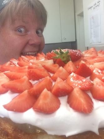 vegansk jordgubbstårta som dessutom är både glutenfri och mjölkfri. Perfekt tårta att servera på sommarens fester!