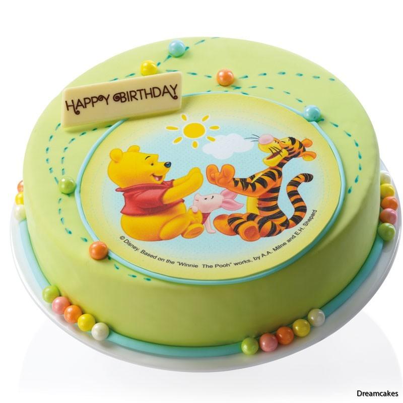 Fina ätbara pärlor runt tårtan ger ett elegant utseende