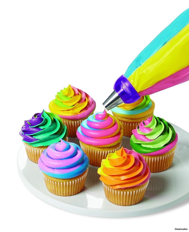 sätt fast flera spritspåsar i samma koppling och spritsa randiga muffins/cupcakes