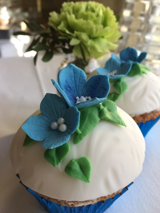 Fina bröllopscupcakes eller bröllopsmuffins i blått och vitt