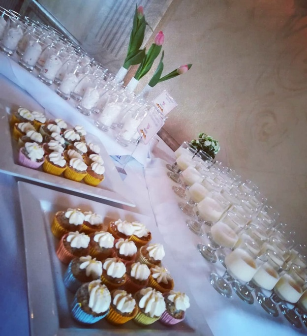 Minicupcakes med citronmousse i fina muffinsformar i vårens färger.