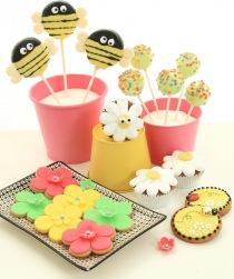 Kakor/cookies och cakepops som dekorerats med tårtdekorationer