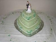 En dröm i grönt med spritsade liljekonval samt pärlemopärlor är den här våningstårtan!