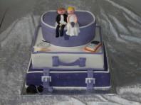 Bröllopstårta som resväskor för det resande brudparet. Väskor klädda med marsipan och sockerpasta. Modellerat brudpar i socker.