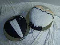 Kul bröllopstårta med design av brudparets kläder. Smoking av marsipan, klänning av vit sockerpasta.