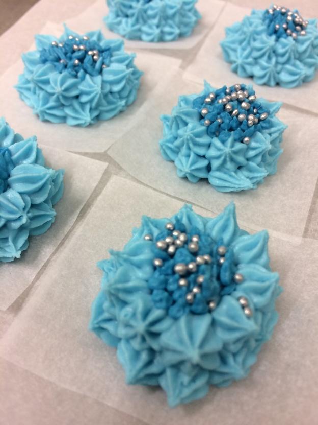 Spritsade blåklint för tårtdekoration