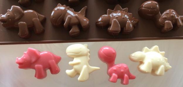 Dinosaurier av choklad, färga choklad, chokladdinos, chokladpraliner, praliner