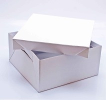 Frakta dina tårtor i tårtkartonger. Så kommer tårtan fram tryggt och säkert!