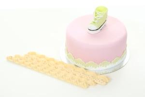 En vacker tårtbård får du med kantutstickare
