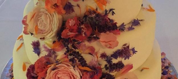 Vit sockerpasta klär samtliga våningar på bröllopstårtan