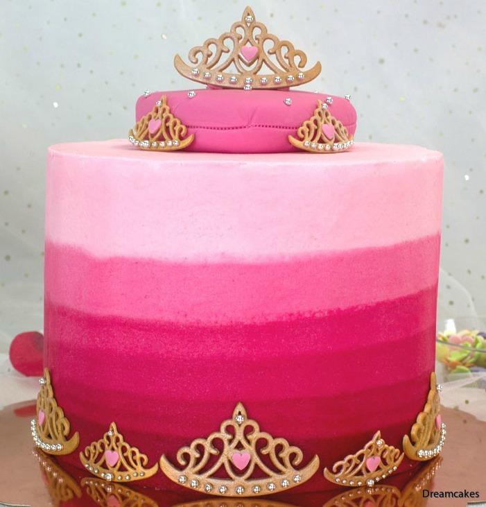 Fin tårta med tiaror av socker i olika storlekar