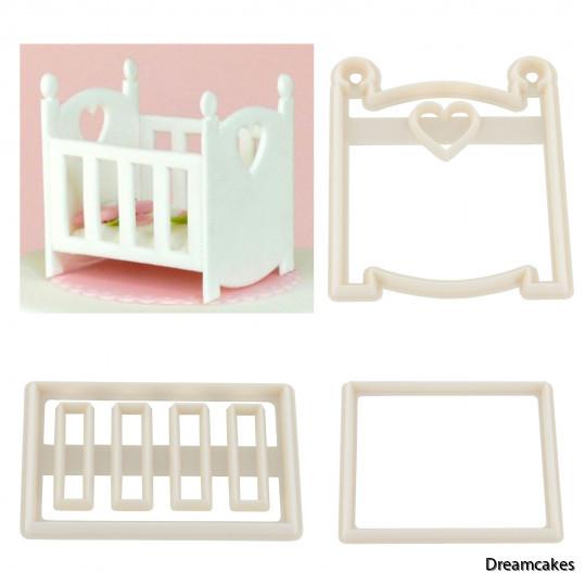 Utstickare för babysäng som tårtdekoration på doptårtan