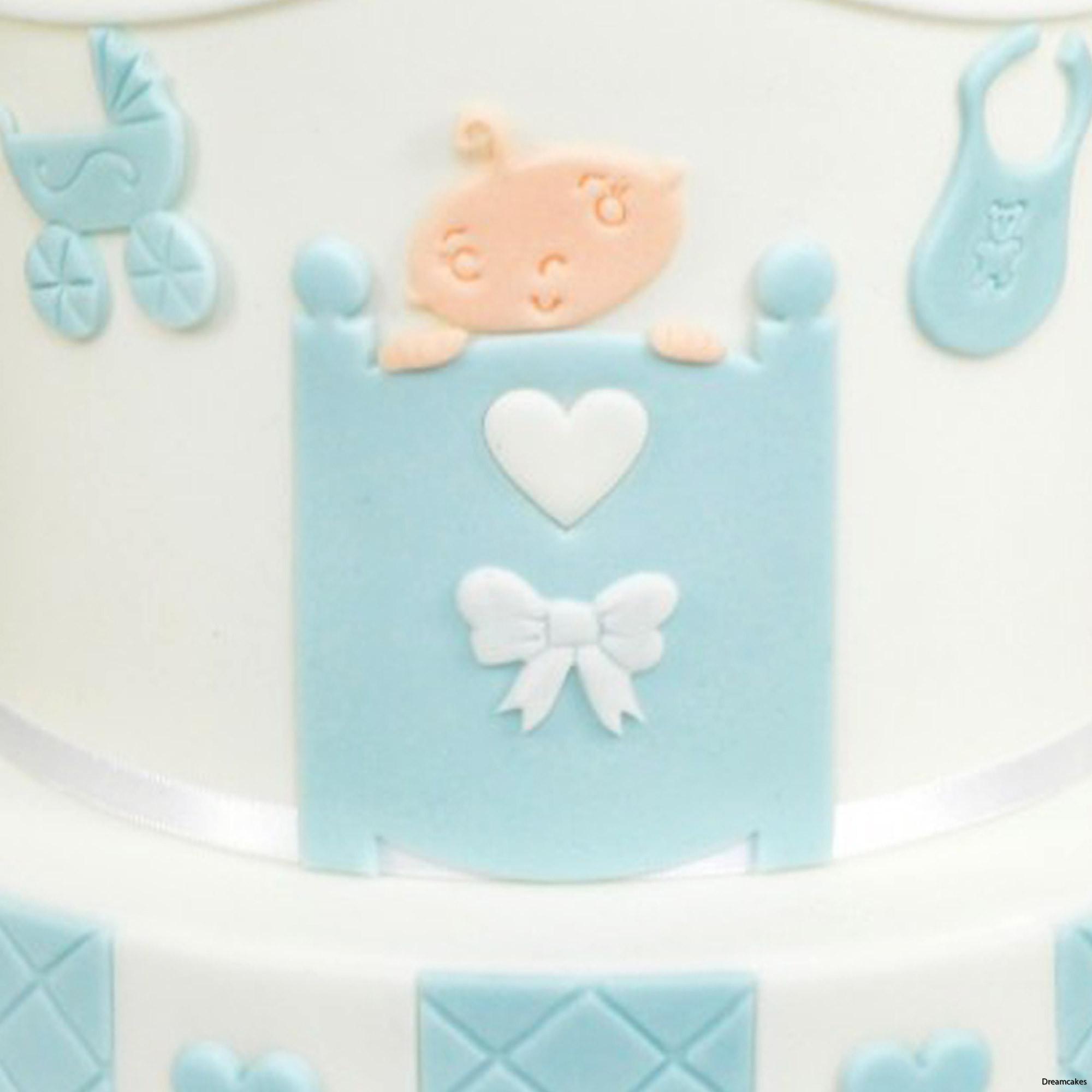 söt doptårta med dekoration av babysäng