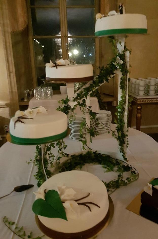 Bröllopstårta med callaliljor, ätbara pärlor och gröna blad