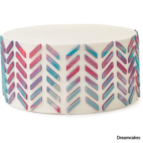 Tårtans sidor får snyggt mönster av zickzack