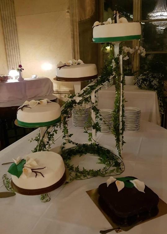 Vacker bröllopstårta på tårtställning för ca 60 personer