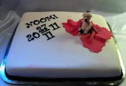 Cool doptårta i hårdrockstil. Tårta täckt av marsipan, detaler i sockerpasta och modelleringspasta.