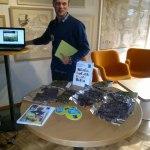 Vår Fair Trade ambassadör Johan lägger ut smakbitar till våra deltagare_Fair Trade lähettiläämme laittaa esille makupaloja osallistujillemme