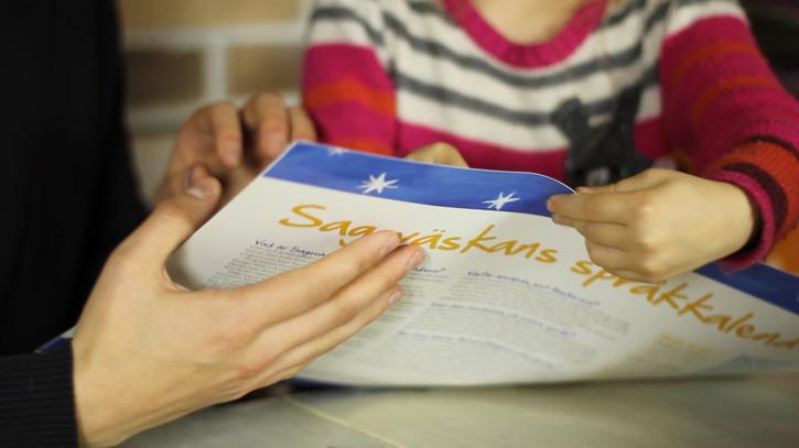 I samband med ett teaterbesök på förskolor delas en språkkalender ut till alla deltagande barn. Foto: Oskar Forsgren/Fishy Studios