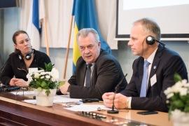 Maria Wetterstrand diskuterar med ansvariga ministrarna Sven-Eric Bucht och Jari Leppä på öppningskonferensen i Stockholm