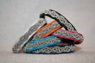 Produktnamn ULRICA, bredd ca 1 cm. Armbandet går att få i alla skinnfärger som finns i våra färgkartor. I beställningsformuläret bestämmer du även hur långt armbandet ska vara. Pris:360SEK