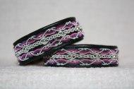 Produktnamn DUNDAS, bredd ca 1,8 cm. Armbandet går att få i alla skinnfärger som finns i våra färgkartor. I beställningsformuläret bestämmer du hur långt armbandet ska vara, färg på bottenskinn samt färg på koppartråden. (På bilden är dessa i lila-rosa men går även att få i Blåa nyanser) Pris:430SEK
