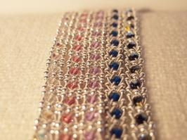 Produktnamn ROS, bredd ca 0,9 cm. I beställningsformuläret bestämmer du hur långt armbandet ska vara samt vilken färg du vill ha på de glänsande swarovski pärlorna. Swarovskipärlorna finns i Kristall, Ljus Rosa, Ljus Lila, Turkos, Svart. Pris 420SEK.