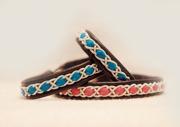 Produktnamn: TIIO, bredd ca 0,8cm. Armbandet går att få i alla skinnfärger som finns i våra färgkartor. I beställningsformuläret bestämmer du hur långt armbandet ska vara, färg på bottenskinn samt färg på inre skinnband. Pris: 320SEK