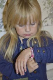 Barnen älskar att få ett armband i sin favoritfärg.
