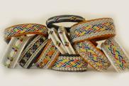 Armband i de klassiska samiska färgerna finns också såklart.