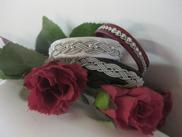 Matcha armband till brud och brudgum. Perfekt bröllopspresent. På bilden ser ni ett vitt Amsterdam, Svart Oslo och Rött Eyjafjöll