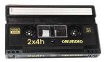 En Video2000-kassett påminner mycket om en vanlig ljudkassett fast betydligt större