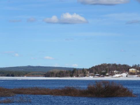 Österdalälven bryter upp rejäla vakar i isen.