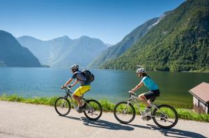 Cykling på egen hand - på el-cykel till Hallstatt ©OÖ.Tourismus