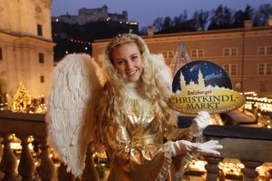 Christkindl, julbarnet, inviger julmarknaden i Salzburg, Österrike.