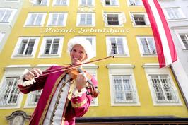 Musikant framför Mozarts födelsehus © Tourismus Salzburg