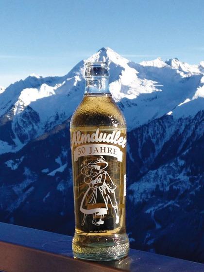 Drycken Almdudler från Österrikei rätt miljö
