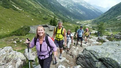 Vandring med stavar i Zillerdalen i Alperna © Austria Travel - Rusner