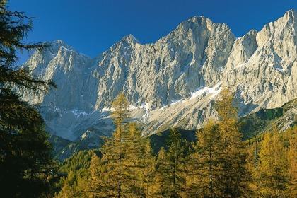 Du vandrar och ser Dachstein södra sida