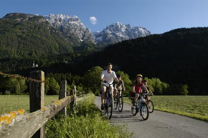 Cykla längs vackra floden Drau i Österrike