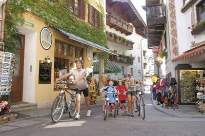 Med cykel vid Wolfgangsee i Österrike © OÖ.Tourismus - Weissenbrunner