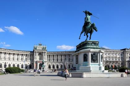 Res på egen hand och upplev Heldenplatz i Wien © Wikimedia Commons - Bwag