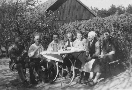 Kaffe i trädgården - kring 1940 -- Nisse, Nils, Evert, Nils A-son, Gunilla, Johanna, Karin