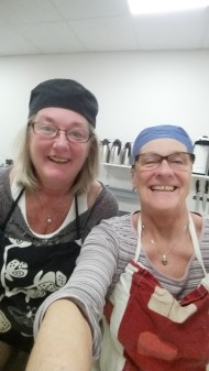 Liselott och Agneta  är våra två glada bagare.
