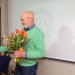 Håkan Halvardsson får blommor för väl utfört arbete som mötesordförande.