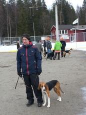 Erik Carlsson och Bäcknäsets Skalla väntar på kommando.