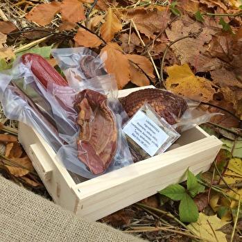 Presentlåda med rökt lammkorv, rökt ytterfile och liten rökt stek. Vi säljer lådor och du kan själv bestämma vad som ska finnas i dem, kanske lägger du med något eget också.